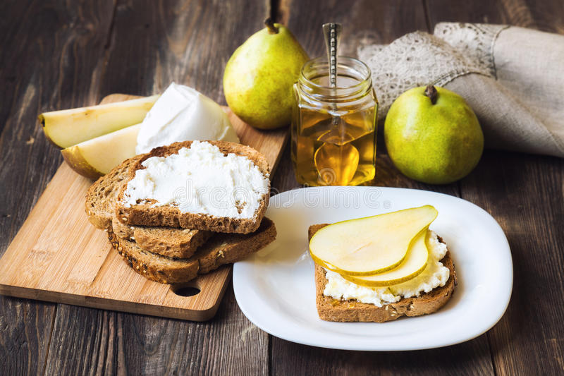 敬酒用梨、乳清干酪乳酪和蜂蜜 图库摄影