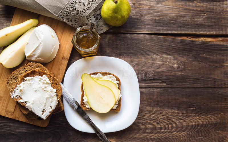 敬酒用梨、乳清干酪乳酪和蜂蜜 库存图片