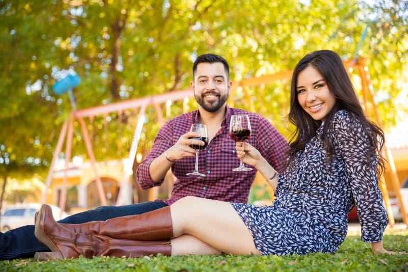 敬酒用酒的西班牙夫妇 免版税库存照片