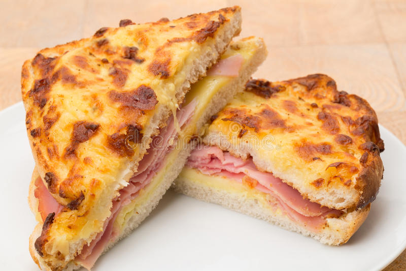 敬酒的乳酪和火腿三明治- panini 库存照片
