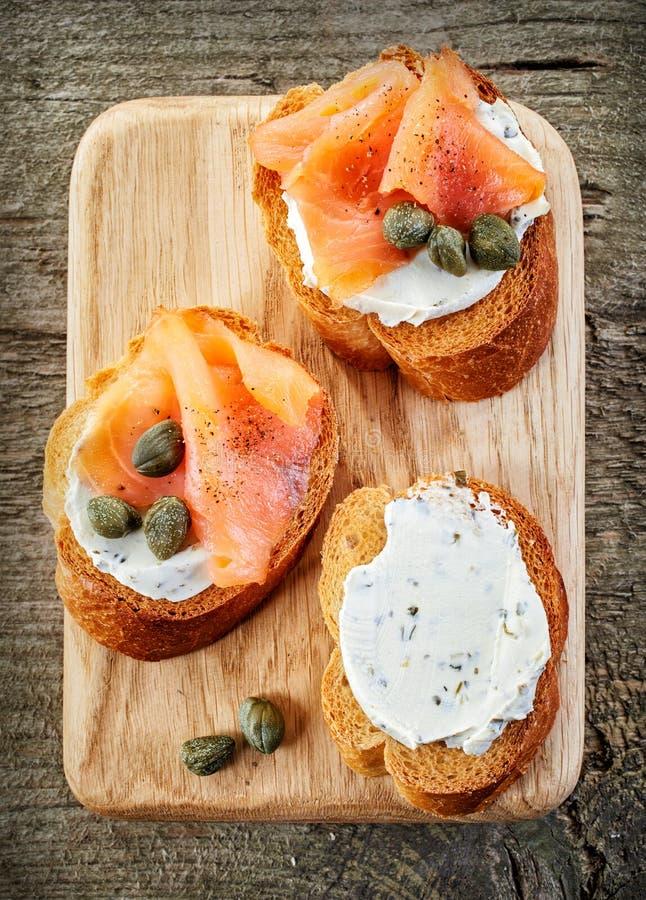 敬酒的面包切片用乳脂干酪和熏制鲑鱼 库存照片