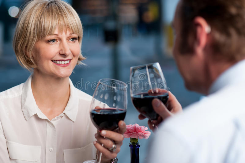 敬酒酒的夫妇玻璃 免版税库存照片