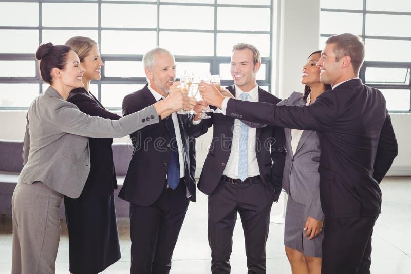 敬酒香槟的买卖人队  免版税库存图片