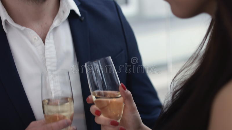 敬酒香槟的年轻夫妇在餐馆 约会 年轻浪漫晚餐的喝在餐馆的人和妇女 免版税库存图片