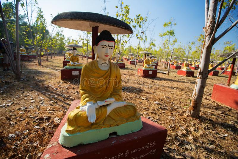 数千供以座位的菩萨图象在Bodhi树, Monywa,砂海螂下 免版税图库摄影