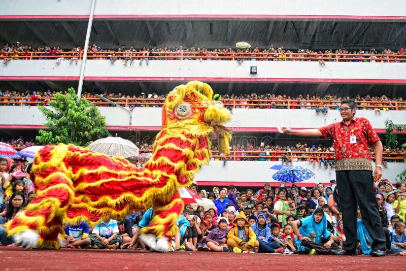 数千公民手表舞狮表现 免版税库存照片