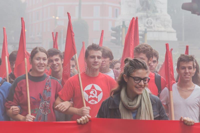 数千学生在城市街道前进在米兰,意大利 免版税图库摄影