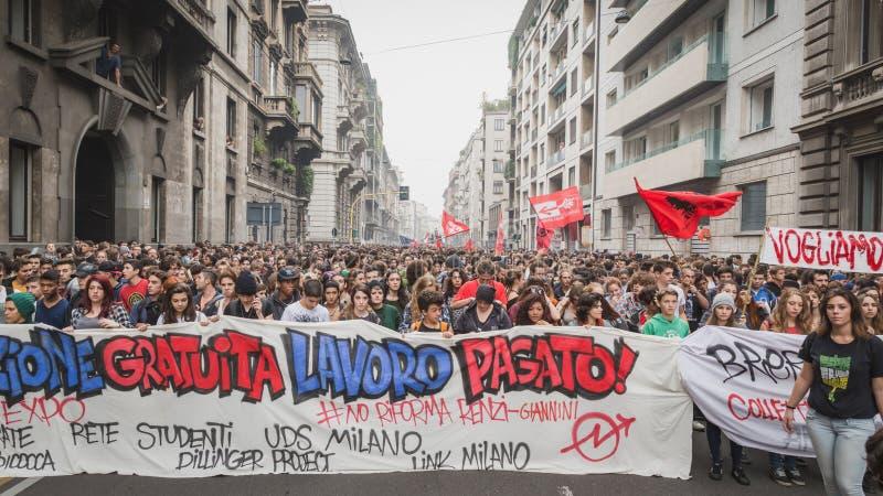 数千学生在城市街道前进在米兰,意大利 库存图片