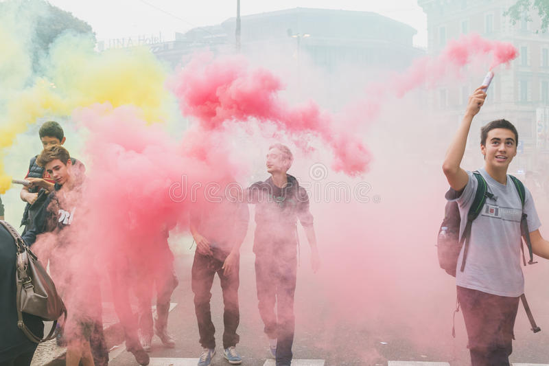 数千学生在城市街道前进在米兰,意大利 库存照片