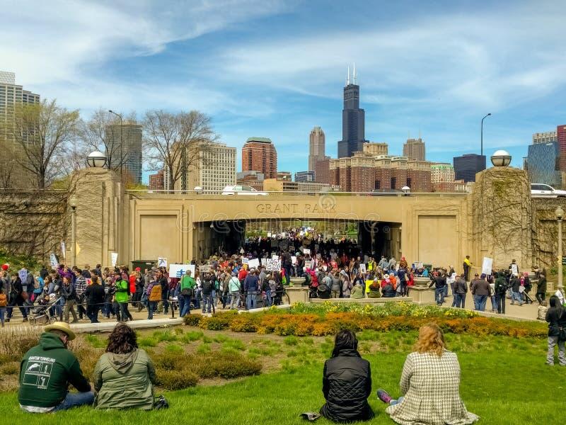 数千科学示威者的3月进入博物馆校园 免版税库存图片
