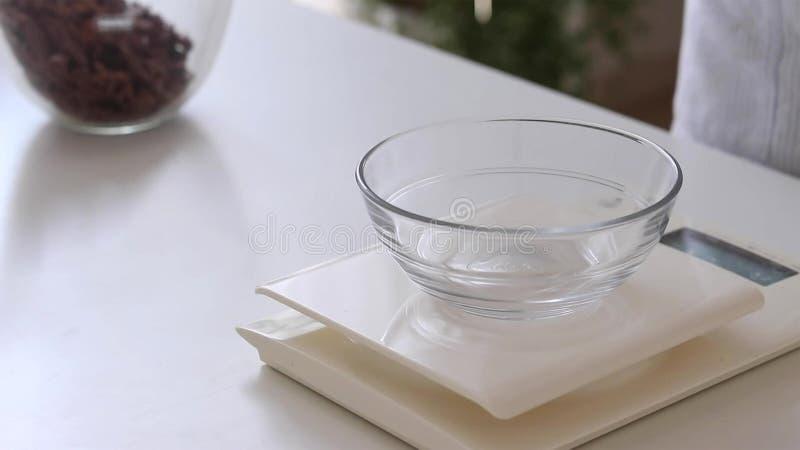 数字与碗的厨房标度浓厚乳脂 免版税库存图片