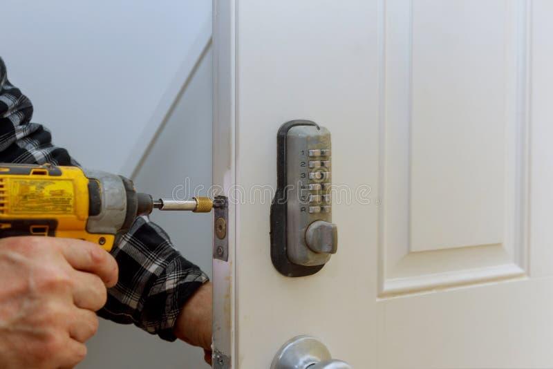 数字公寓门好安全的门锁保障系统  与钥匙的电子门把手 图库摄影