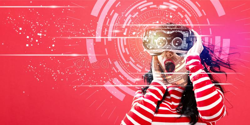 数字式与使用一个虚拟现实耳机的妇女的技术圈子 库存照片