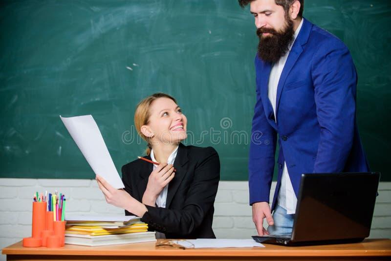 数字式世界 老师和学生检查的 企业夫妇使用膝上型计算机和文件 文书工作 3d背景镜象人寿保险业白色 回到 免版税库存照片