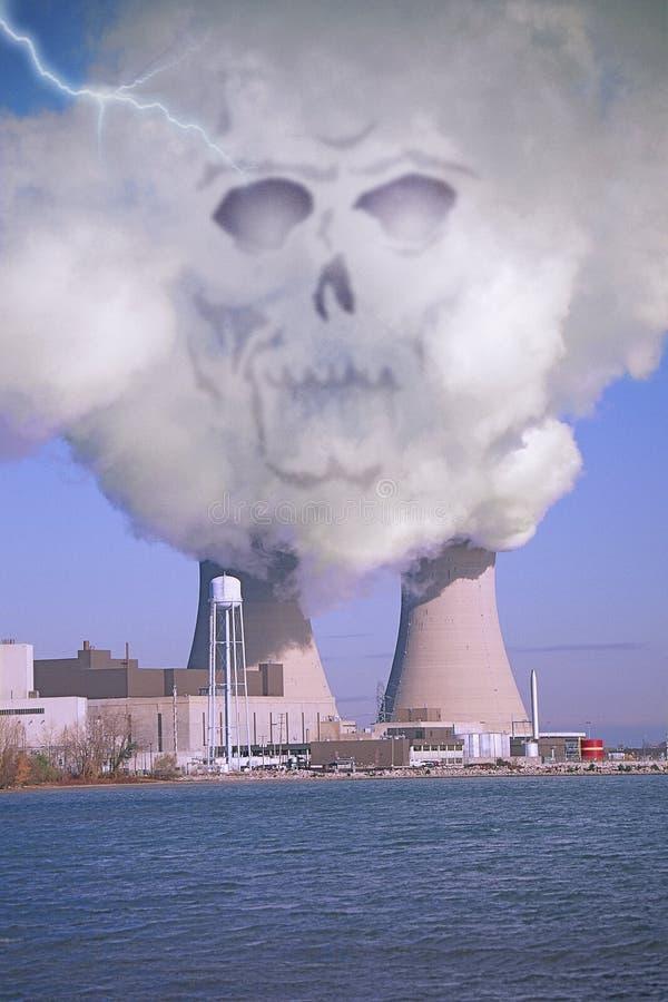 数字式伊利湖的,与出现于上升的烟的令人毛骨悚然的头骨图象的MI修改过的核电站象征危险 免版税图库摄影