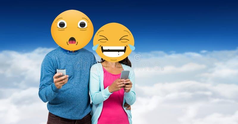 数字式朋友面孔的引起的图象用emoji盖的使用巧妙的电话反对天空 库存例证
