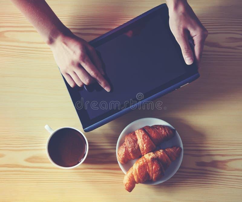 数字式片剂个人计算机用咖啡 库存图片