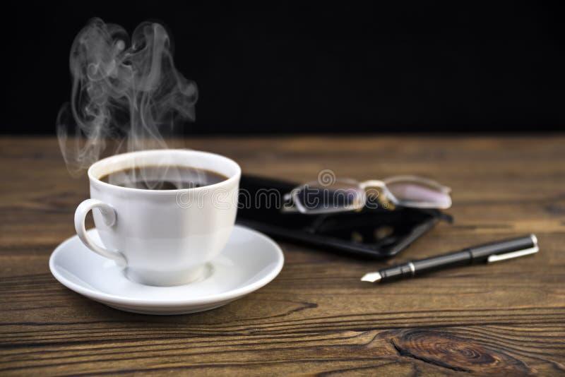 数字式片剂和一杯咖啡, 库存照片