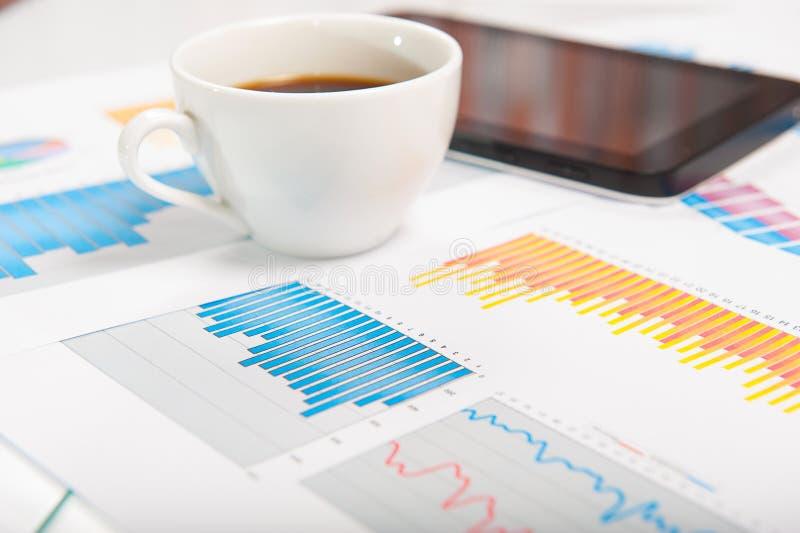 数字式片剂和财务数据与现代 库存图片