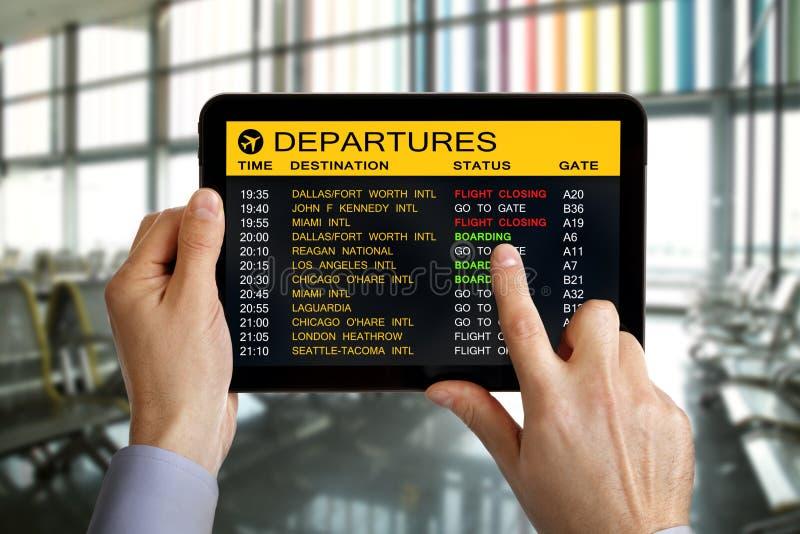 数字式片剂在有飞行信息的机场 免版税库存照片