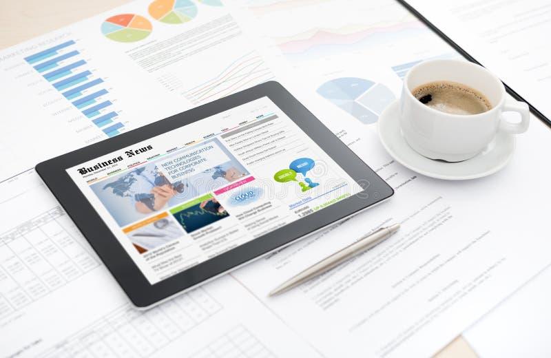 数字式片剂的商业新闻网站 免版税库存图片