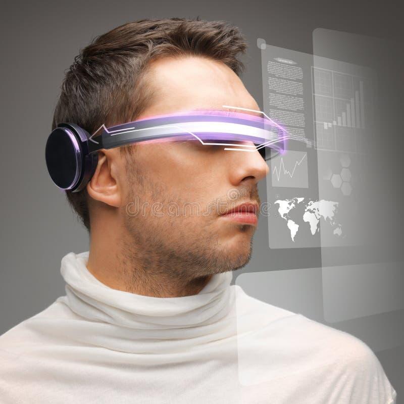 戴数字式眼镜的人 库存图片