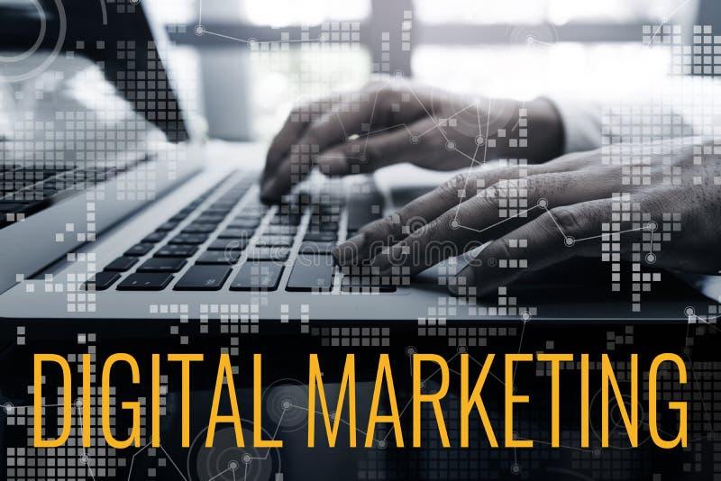 数字式营销概念想法用使用膝上型计算机和图的男性手连接 免版税库存照片