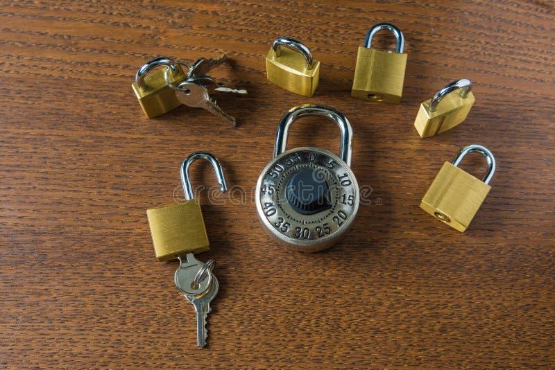 数字式访问挂锁和六把小锁有钥匙的和没有钥匙 免版税图库摄影