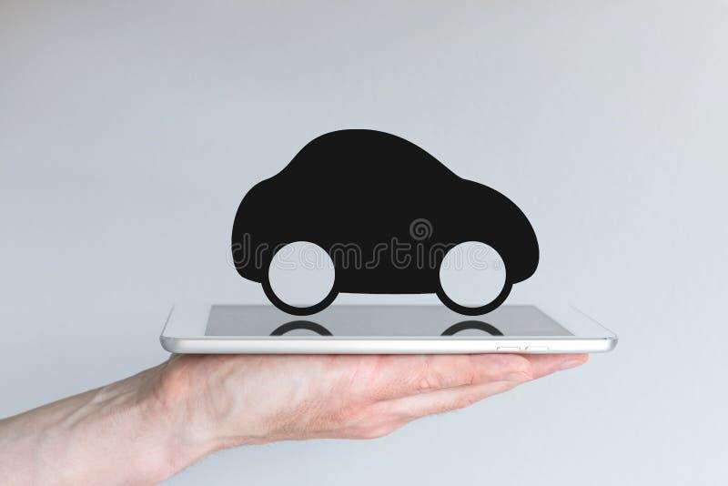 数字式运输和流动性与汽车象在片剂 图库摄影