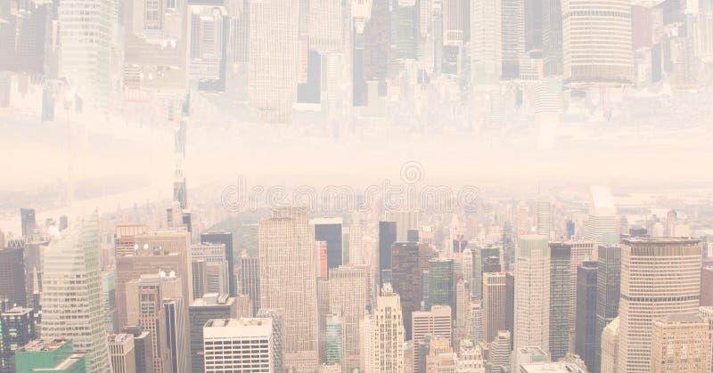 数字式颠倒的都市风景的引起的图象与云彩的 免版税库存照片