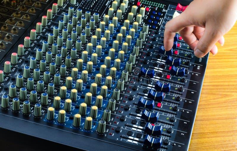 数字式活混音器和音乐演播室 免版税库存图片
