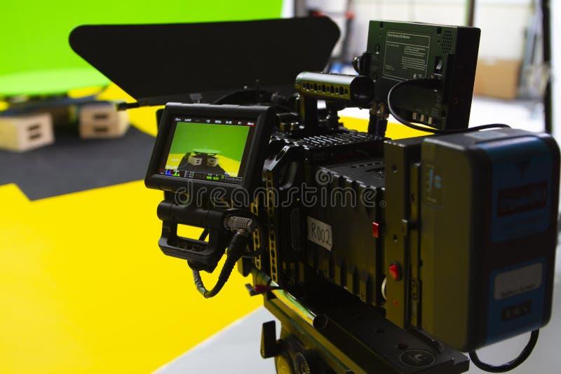 数字戏院照相机在一个绿色屏幕演播室 免版税库存照片