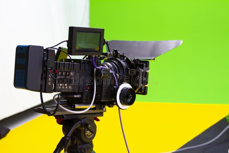 数字戏院照相机在一个绿色视觉效果演播室 免版税库存图片