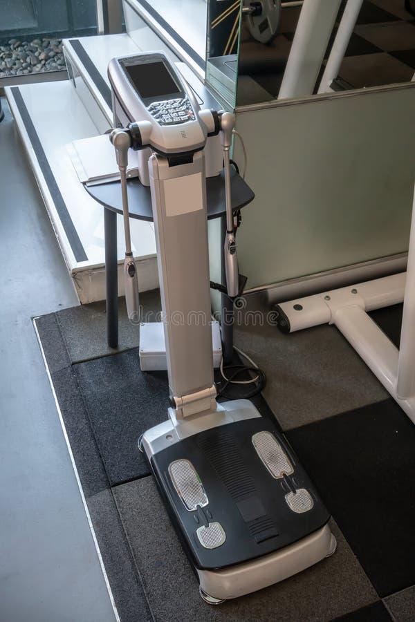 数字机使用生物电阻抗给您您的身体构成的完全图片例如重量,精瘦的身体大量 免版税库存照片