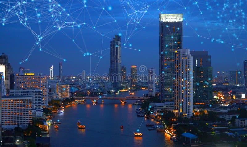 数字网Sathorn连接线与昭拍耶河,曼谷街市,泰国的 财政区和事务 免版税库存照片