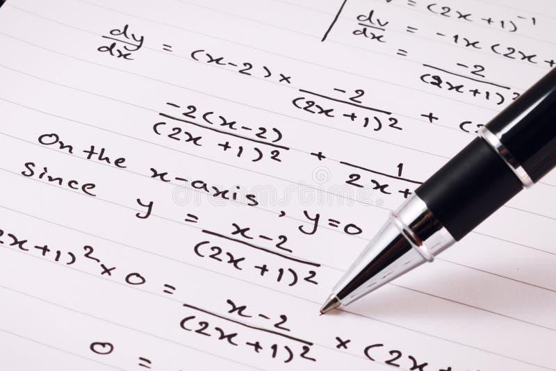 数学或等式特写镜头 家庭作业 解决数学问题 免版税库存图片