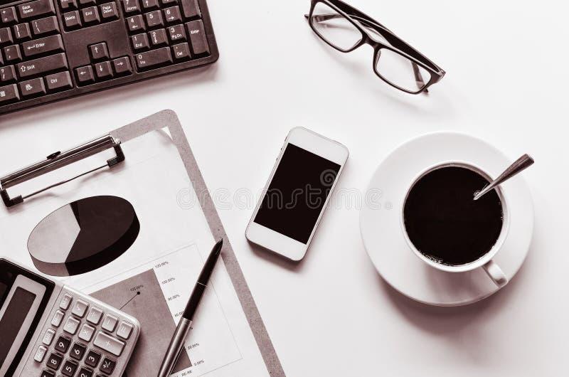 数据注标的计算器、笔、玻璃和一杯咖啡-定调子黑白 库存照片