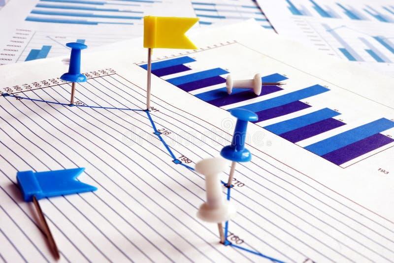 数据点 在企业图表的图钉作为标记 免版税库存照片