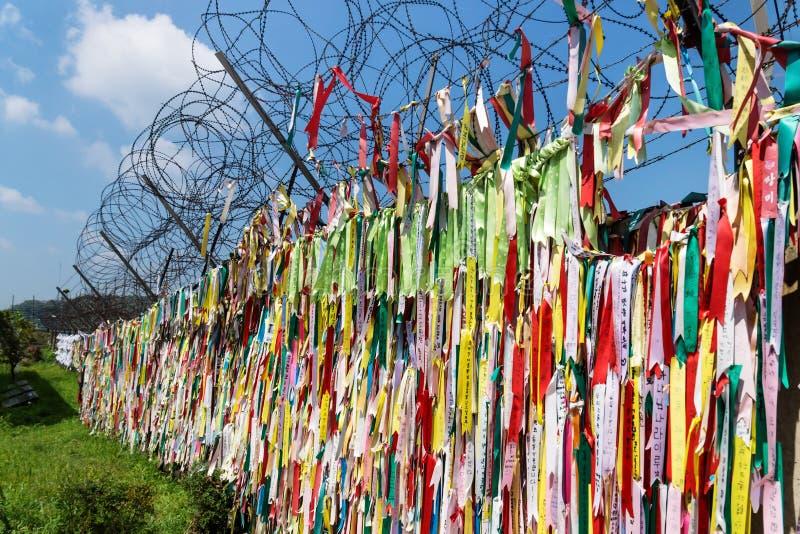 数百万祷告丝带被栓在篱芭在被解除军事管制的区域DMZ在自由桥梁,韩国,亚洲 免版税库存照片