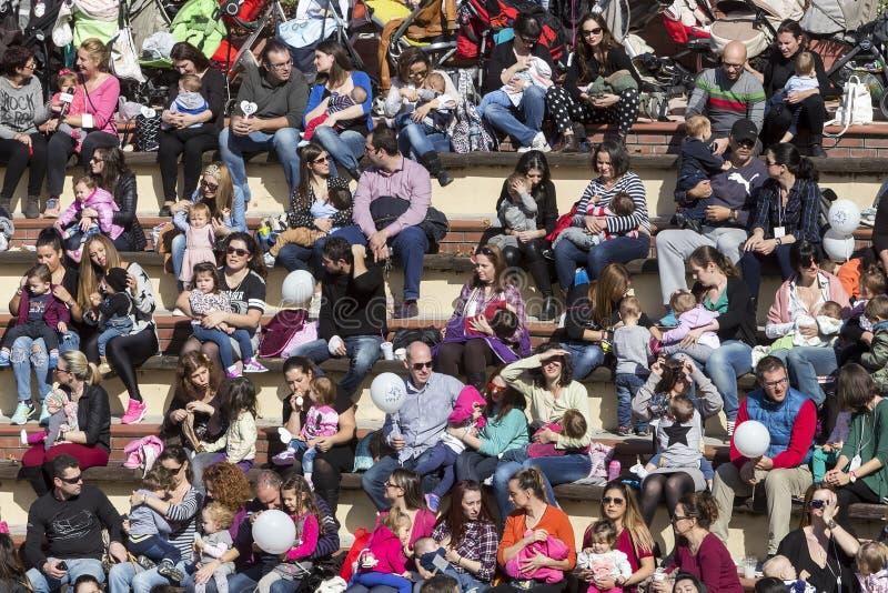 数百母亲在客栈出席了第6全国性哺乳 图库摄影