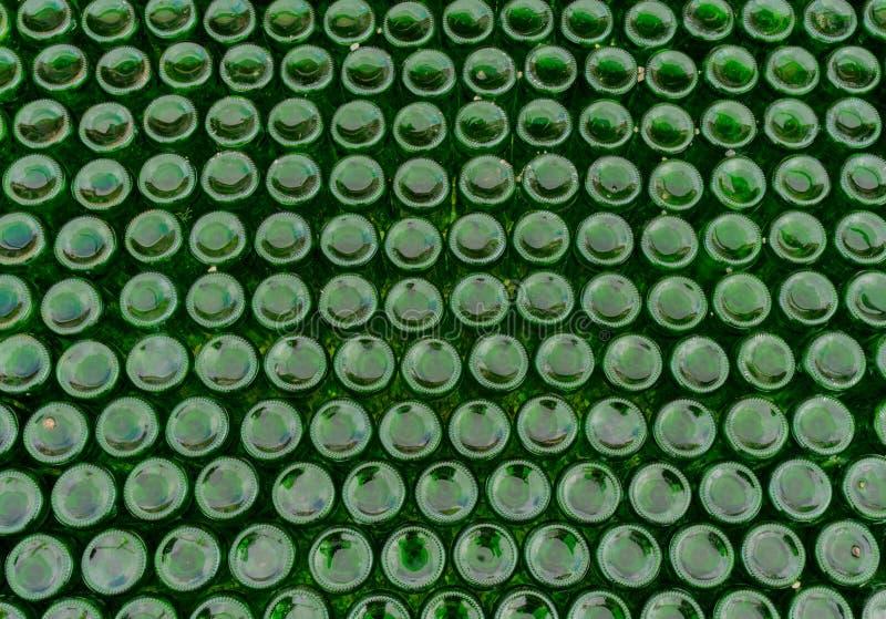 数百背景颠倒绿色玻璃瓶 免版税图库摄影