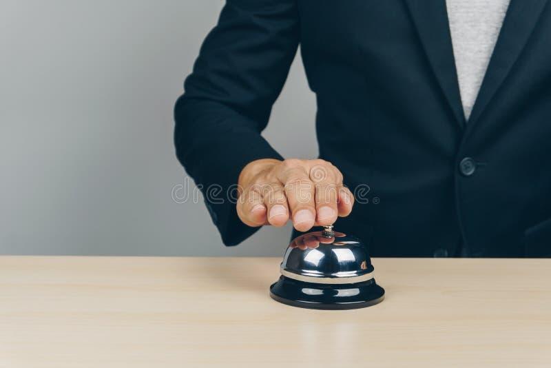 敲响在柜台的银色服务响铃 免版税库存照片