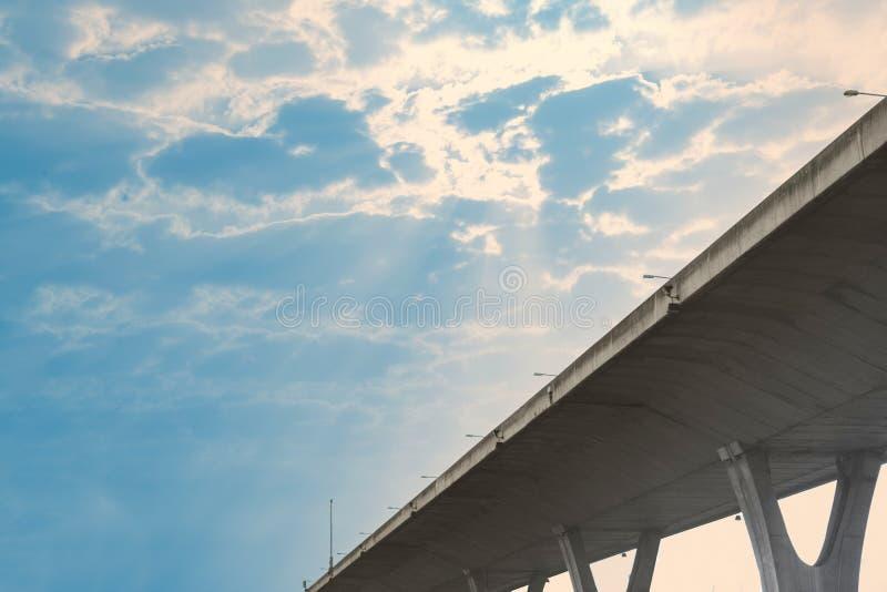 敲在蓝天的方式与云彩和太阳射线漏出,底部vi 库存图片