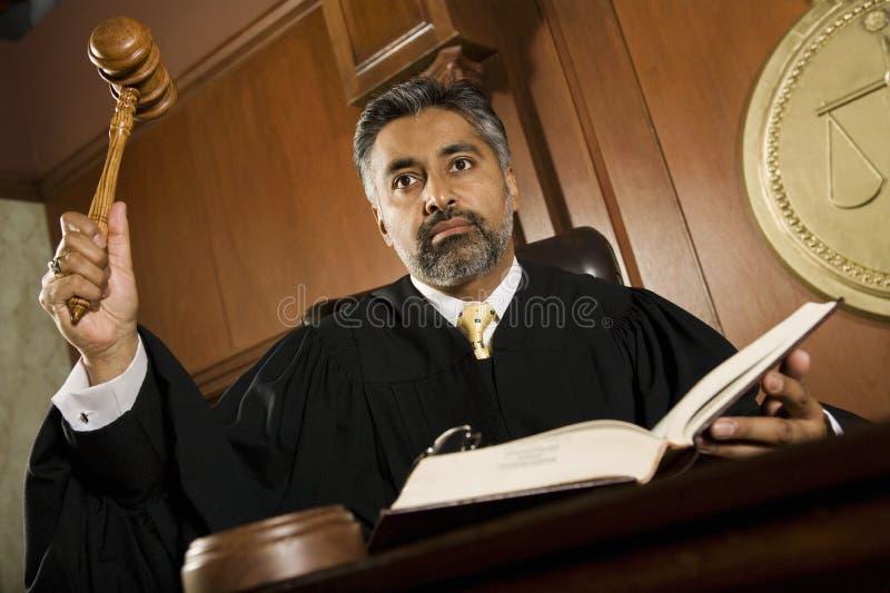 敲惊堂木的男性法官 库存照片