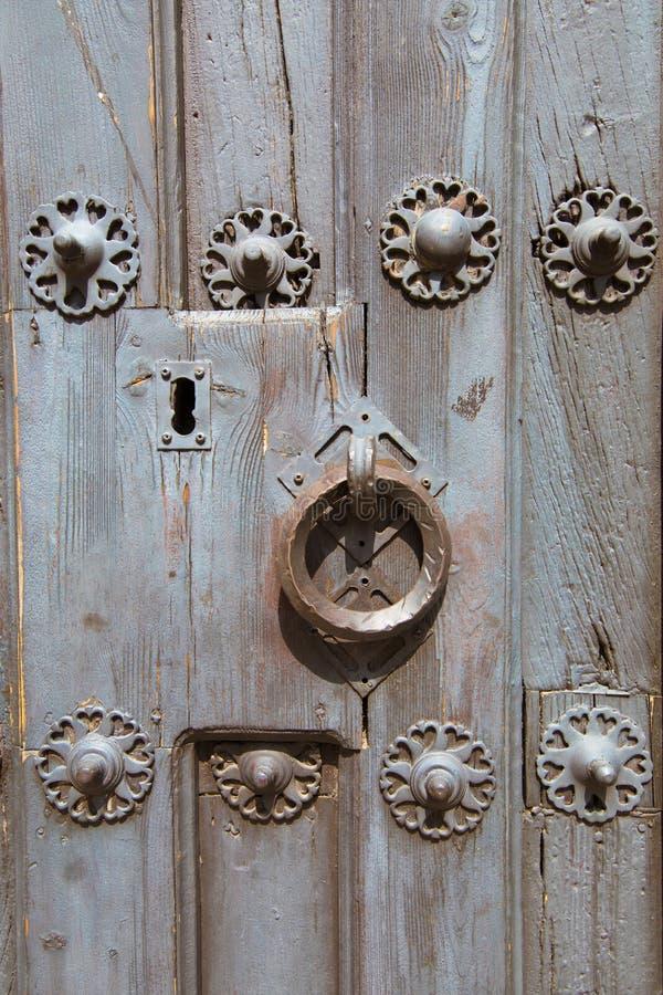 敲门人古老木门细节和锁  免版税库存照片