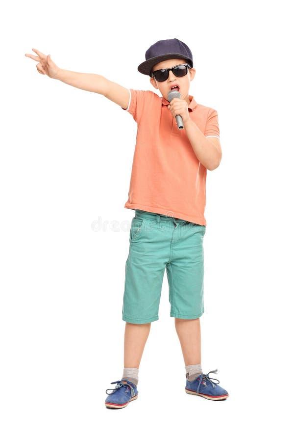 敲击在话筒的Hip Hop成套装备的小男孩 免版税图库摄影