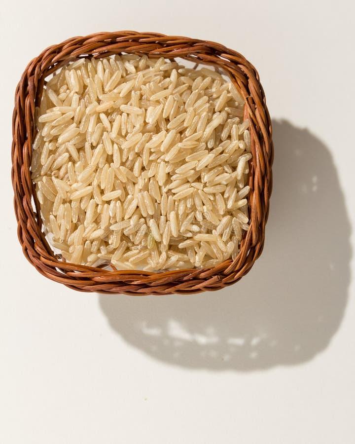 整个中国米种子 与五谷的柳条筐 顶视图, h 免版税库存图片