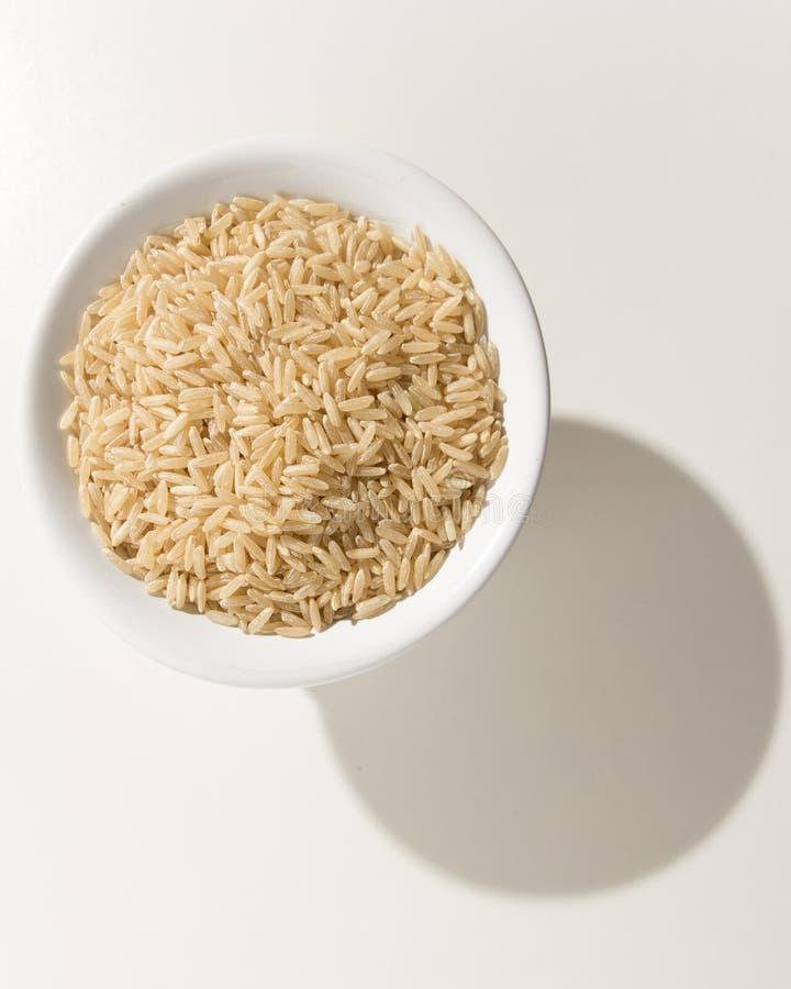 整个中国米种子 在碗的五谷 在白色ta的阴影 图库摄影