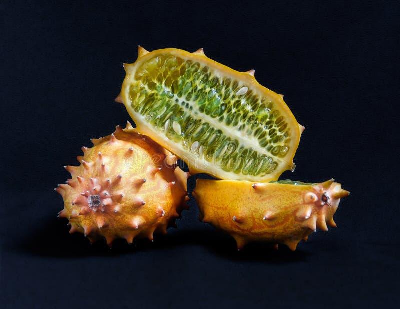 整个和被对分的kiwano果子 库存照片