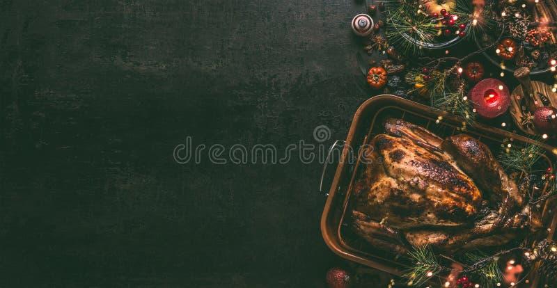 整个烤火鸡,充塞用在烤平底锅的干果子圣诞晚餐的,在黑暗的桌背景w服务 库存图片